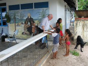 Photo: Vicaris Storcken in gesprek met kinderen