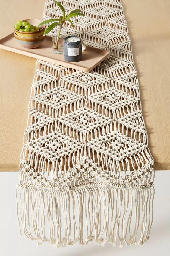 Macramê em formato de caminhos de mesa.