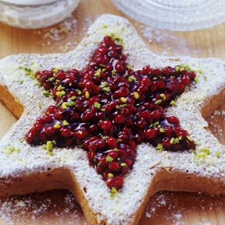 Festive Star Sponge with Berries