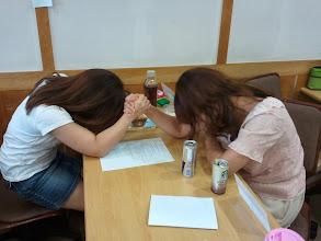 Photo: Starbucks-fueled, Min-ji Kim vs Minjee Choi arm-wrestling battle during a TTP break.