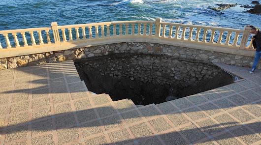 Aparece un enorme socavón de hasta seis metros en el Mirador de Villaricos
