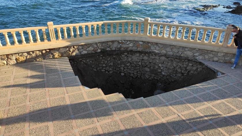 Imagen del agujero aparecido esta mañana en la pedanía cuevana.