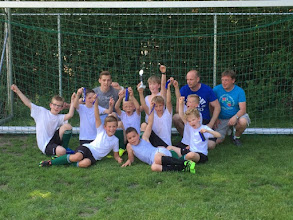 Photo: Harkstede E2 heeft zaterdag 4 juni de  2e prijs gewonnen op het toernooi in Peize. Trainer Rodney Verweij, Tim, coaches Gejo en Sietse. Jorik, Tristan, Olaf, Milan, Jorn, Nick, Ollie en Steyn!