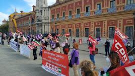 Monitoras escolares durante una concentración en octubre de 2020 en Sevilla para mejorar sus condiciones laborales.