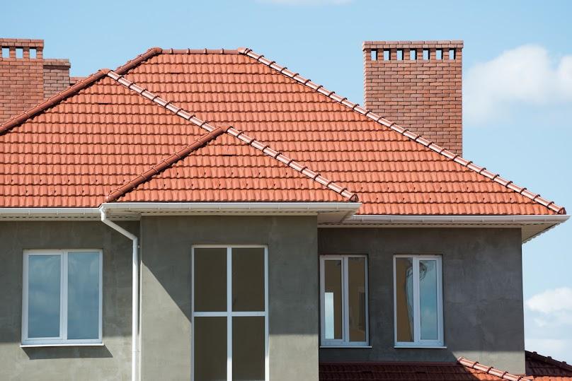 Dom pokryty dachówkami ceramicznymi