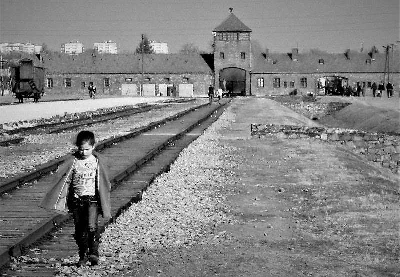 Bambina ad  Aushwitz di ManuelGoWest