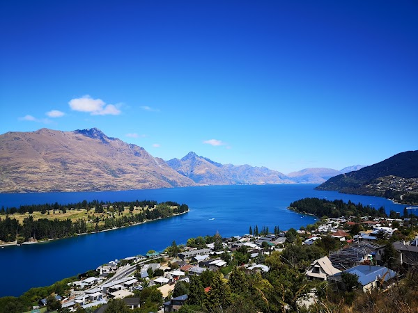 Popular tourist site Lake wakatipu view point in Queenstown