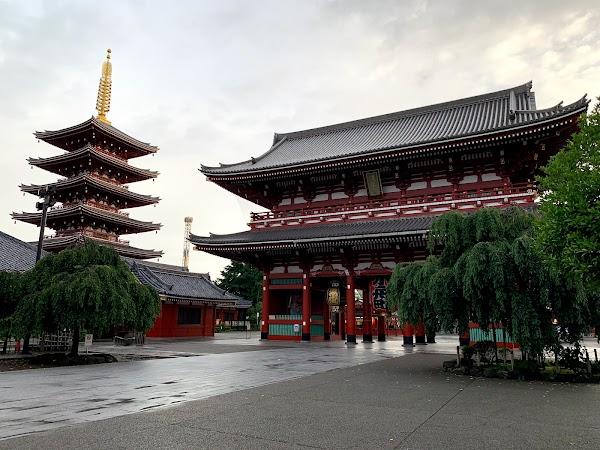 Popular tourist site Hōzōmon Gate in Tokyo
