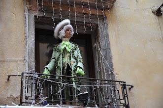 Photo: Venise - Quartier San Marco - Durant la période de carnaval, certains vénitiens ornent leurs fenêtres de poupées déguisées grandeur nature. Je soupçonne celle-ci d'appartenir à un fabricant de masques, se faisant de la pub pour son magasin, situé juste en dessous.