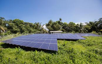 Photo: Paneles fotovoltaicos del sistema de energía limpia de Punta Soldado; Foto: Hanz Rippe Gabriel