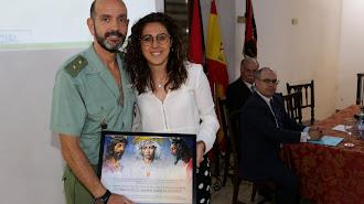 Reconocimiento. María del Mar Marín, hermana mayor del Prendimiento, entrega un recuerdo de la conferencia al Tcol. Francisco Javier García.