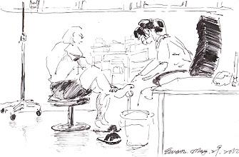 Photo: 換藥2012.05.29鋼筆 每天早上在看診之前,年妹妹就開始忙著為身上有傷的收容人換藥…