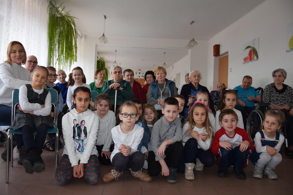 Dzieci z Zerówki z wizytą u Sniorów
