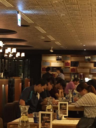 台北市最差服務獎,食物還成,但是服務超差。從門口到點菜,一下黑臉,叫服務也看不見,但是是面向你的,兩張小枱距離,這個黑衣男子也要快點去換眼鏡
