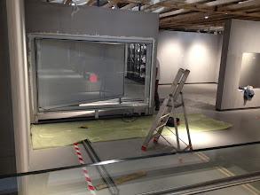 Photo: Mise en place des vitrines pour des cartons de tapisserie