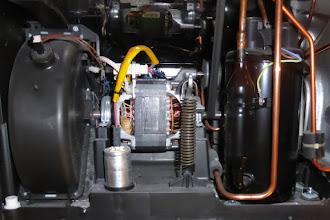 Photo: Trockner, stehend, rechte Seite, links im Bild also vorne. In der Mitte der Motor (mit den Kupferwicklungen), links das Gehäuse vom Lüfter (»Hamsterkäfig«).