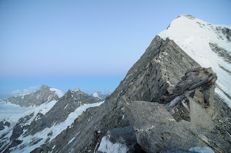 Photo: Dlouhý a exponovaný skalnatý hřebínek - výhled na jih na Zinalrothorn, Schalihorn a Dent Blanche