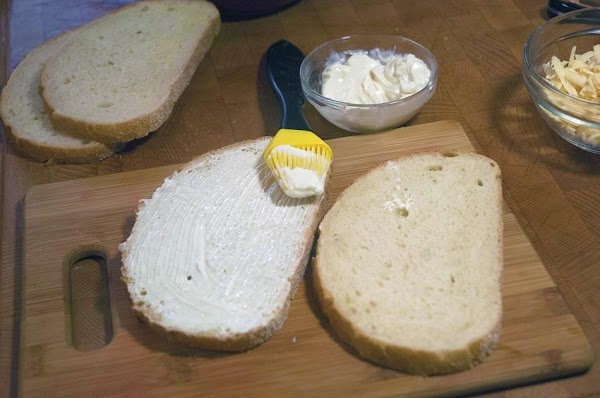 Brush the mayonnaise on one side of each bread slice.