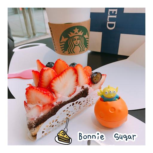草莓微甜 搭配藍莓 內餡蛋糕是巧克力蛋糕夾卡士達醬