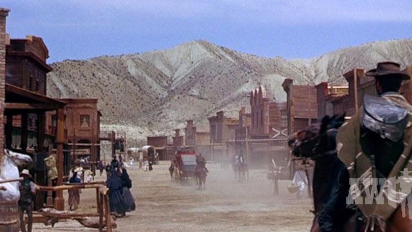 Escena de La muerte tenía un precio con los decorados de Oasys Mini Hollywood, en una imagen publicada por el Almería Western Film Festival.