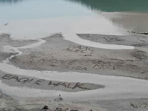 """Photo: am Lake Louise habe sich einige im Sand """"verewigt"""""""