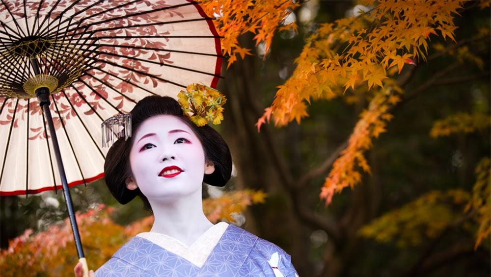 Geisha contemplando el paisaje de otoño
