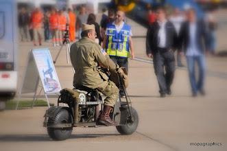 Photo: on continue la visite, en croisant de drôles de machines, plus simple en scooter, ya pas ! Par contre faut rouler que sur le tarmac ou sur de la moquette ....