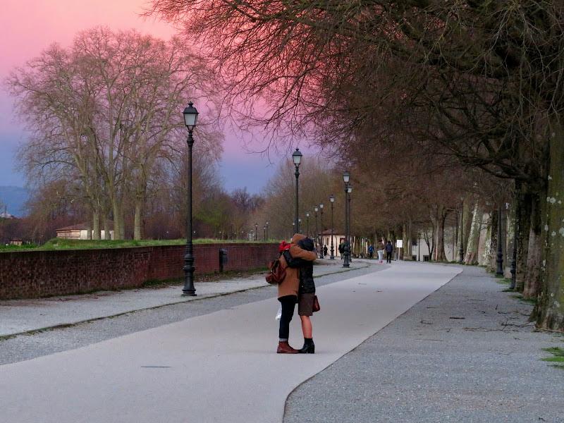 Un abbraccio al tramonto di Giorgio Lucca
