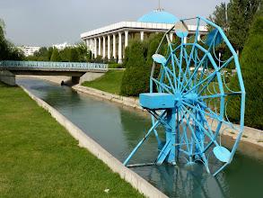 Photo: Kanal und Wasserrad: Symbole für die Landwirtschaft Usbekistans