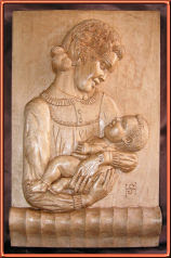 Maternidad. Talla en madera