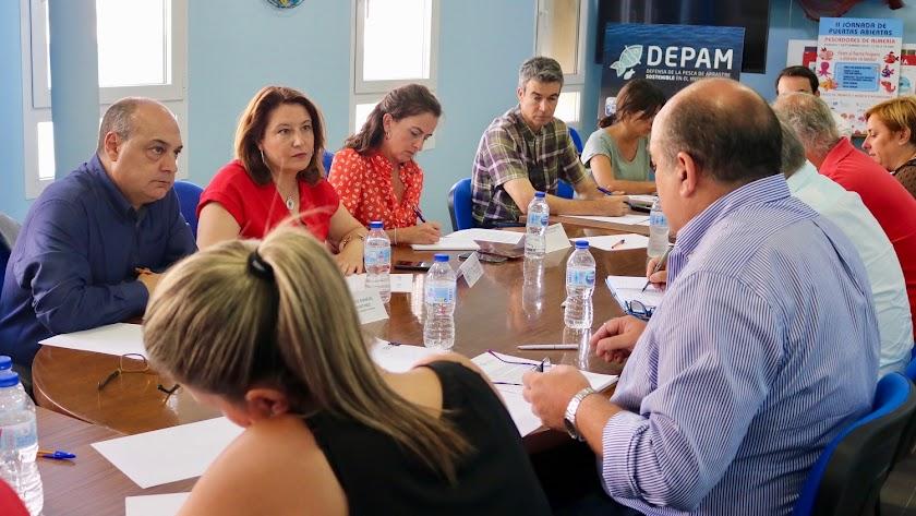 La consejera  Carmen Crespo presentó ayer el proyecto en Almería a los armadores.