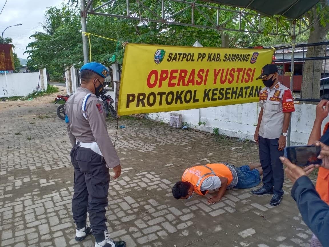TNI-POLRI Bersama Pemkab Sampang Laksanakan Operasi Yustisi Dan Pembagian Masker Gratis, Dalam Mecegah Penyebaran Covid – 19