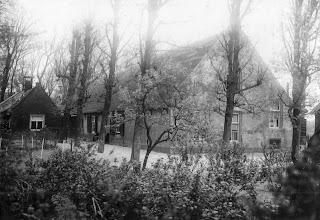 """Photo: Bron: boek over de familie Hogervorst, auteur Bert Hogervorst  Deze boerderij zou in (rond) 1865 in opdracht van de weduwe """"Heintje"""" Duivenvoorden-van der Klugt verkocht zijn door Jan Hu(i)bertuszn Duivenvoorden. Koper werd Gerrit Hogervorst, het terrein is sindsdien in zijn familie gebleven en nu staat op dezelfde plek een restaurant, in feite een uitbouw van de kampeerboerderij die de familie Hogervorst heeft gebouwd na sloop van de boerderij op de foto. Dit moet rond 1920-1930 geweest zijn.  Foto en tekst aangeleverd door Jan Duivenvoorden uit Noordwijkerhout"""