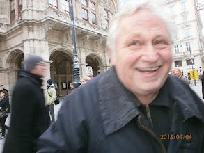 Photo: Anton Cupak vor der Wiener Staatsoper (März 2013). Foto: Bauer