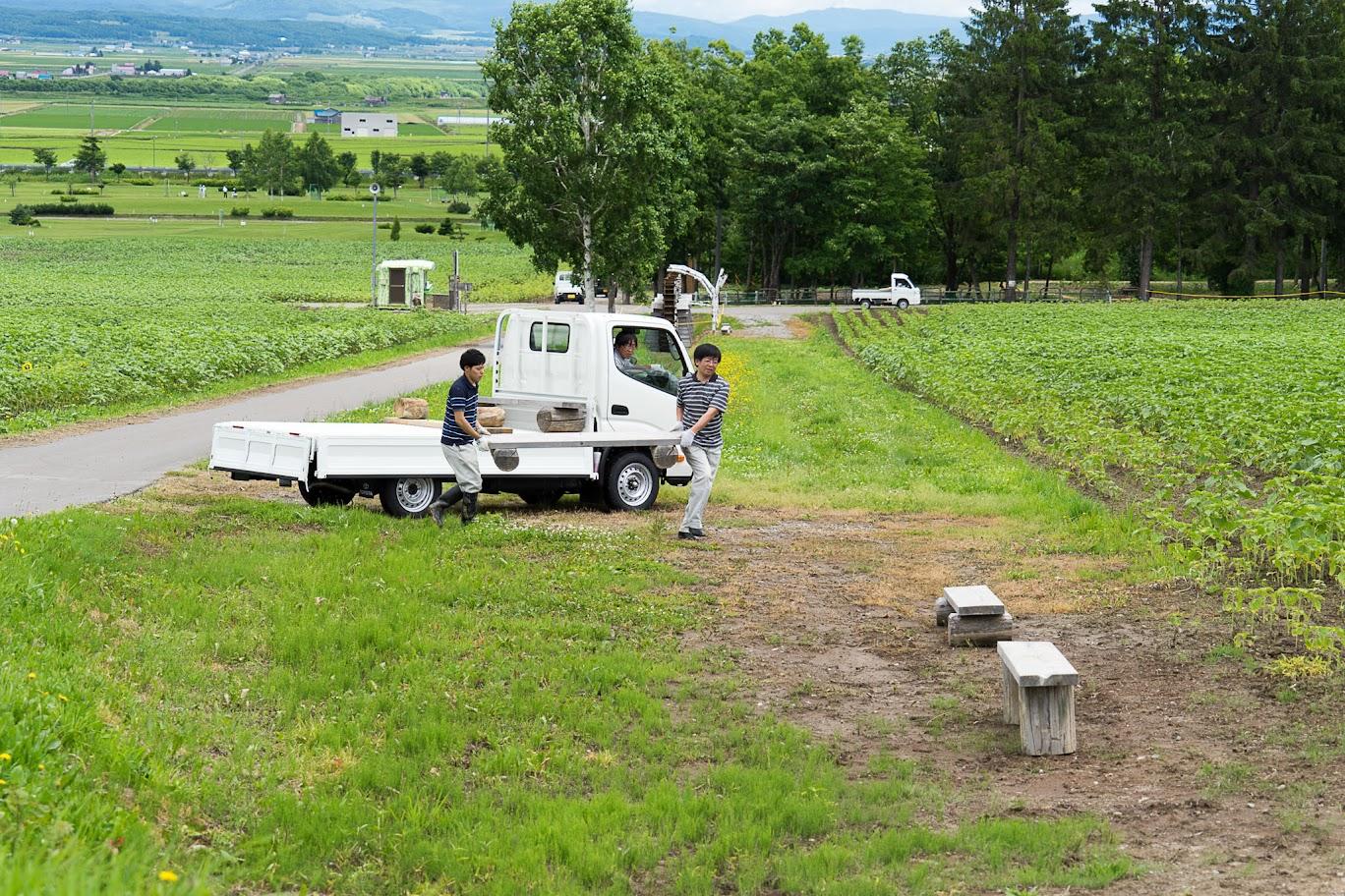 北竜町役場職員によるベンチの設置も完了