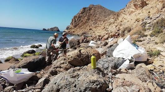 Tres playas de Almería, víctimas de la 'basuraleza'