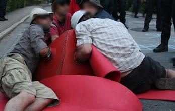 Photo: Hier geht es nicht lang: Neonazi-Gegner müssen sich dringend mal setzen.
