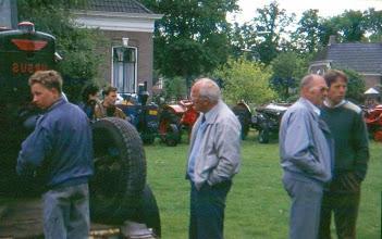 Photo: Oude tractoren: rechts Tienus Hofsteenge en Rikus Harms
