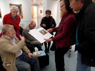 Besuchergruppe im Museum. Links, sitzend, der Autor.