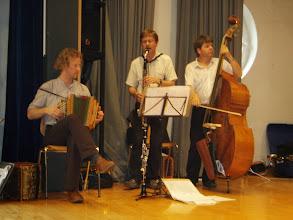 Photo: Das Ländlertrio Dettwiler-Kuhn begleitete alle Tänze der verschiedenen Tanzgruppen