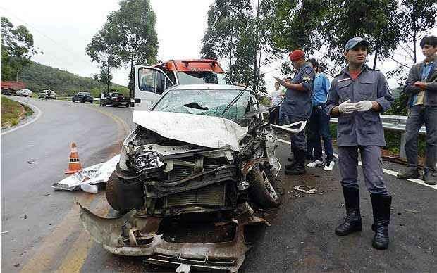 O carro teve a frente destruída depois de bater na lateral da carreta (Silvio Andrade/DeFato )
