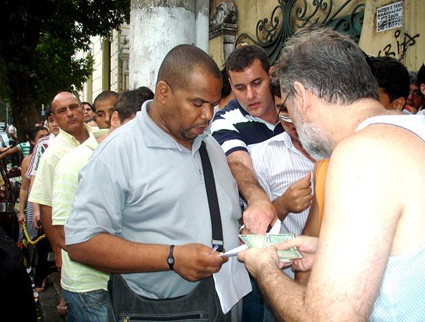 fila de torcedores para comprar ingressos em Niterói