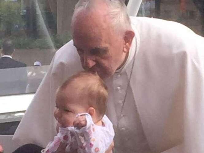 Criança com tumor cerebral é beijada pelo Papa Francisco e milagrosamente se recupera