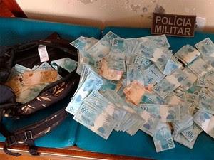 Dinheiro apreendido pela Polícia Militar com suspeitos de estelionato no sul da Bahia (Foto: Divulgação/PM)