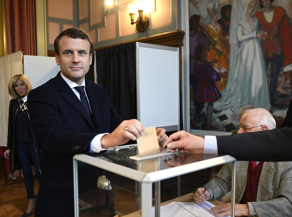 O candidato Emmanuel Macron votou em Le Touquet, no norte da França (Foto: ERIC FEFERBERG/POOL/AFP)