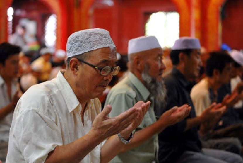 Umat Muslim di Cina saat berdoa bersama usai shalat berjamaah.