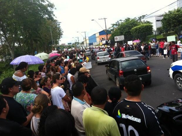 Protesto interdita Avenda Brasil, na Zona Oeste de Manaus (Foto: Camila Henriques/G1 AM)
