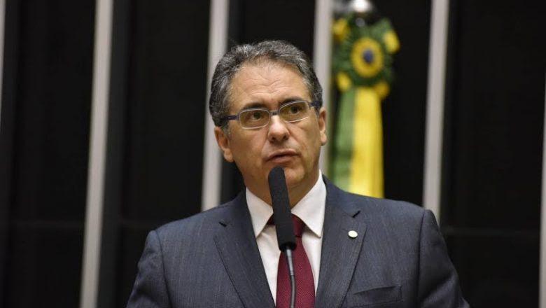 Resultado de imagem para 'Torcer pela prisão de Aécio é equívoco', diz líder do PT na Câmara