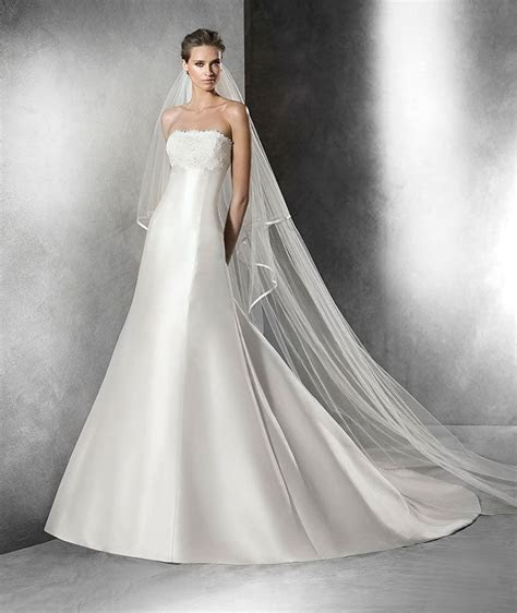 PRISCIA  A line wedding dress in mikado silk. Strapless