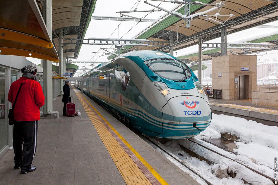 Поезд TCDD HT80101 переезжает из зоны высадки пассажиров к зоне посадки.